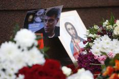 Фотография, икона и цветы на месте убийства Бориса Немцова, 28 февраля 2015 года. REUTERS/Sergei Karpukhin