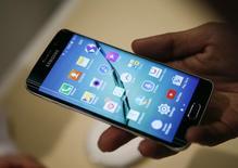 Смартфон Galaxy S6 edge на презентации в Барселоне. Южнокорейская компания Samsung Electronics Co Ltd представила в воскресенье на выставке в Барселоне две новые модели смартфонов из серии Galaxy S с корпусом из используемого в авиастроении металла. REUTERS/Albert Gea