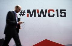 Participant au Mobile World Congress, la grand-messe annuelle du secteur des télécoms. Les dirigeants du secteur réunis à Barcelone sont tous d'accord: la prochaine grande étape pour le marché sera la 5G. Mais cette technologie mobile de cinquième génération à très haut débit prévue pour 2020 doit d'abord apporter la preuve de son utilité, la génération actuelle offrant déjà des débits confortables. /Phoot prise le 2 mars 2015/REUTERS/Albert Gea