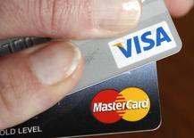 Visa est une valeur à suivre lundi à Wall Street. Le distributeur Costco a annoncé la conclusion d'accords de partenariat avec Visa et Citigroup par lesquels Citi deviendra l'émetteur exclusif des cartes de crédit du groupe, Visa remplaçant de son côté American Express. Le titre Visa prend 2,8% en avant-Bourse. /PHoto d'archives/REUTERS/Kevin Lamarque