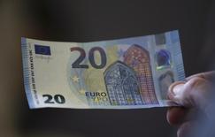 Новая банкнота в 20 евро на презентации в ЦБ Австрии в Вене. 24 февраля 2015 года. Евро вырос к доллару в понедельник благодаря статистике, продемонстрировав устойчивость перед началом денежной эмиссии Европейского центробанка. REUTERS/Leonhard Foeger