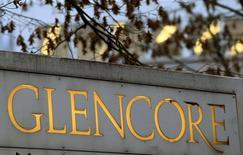 Glencore a annoncé un bénéfice d'exploitation 2014 en repli de 2% et conforme aux attentes, avec par ailleurs une charge pour dépréciation de 1,1 milliard de dollars qui reflète la baisse des cours des matières premières. Le bénéfice ajusté avant intérêts, impôts, dépréciations et amortissements (Ebitda) est ressorti à 12,8 milliards de dollars. /Photo d'archives/REUTERS/Arnd Wiegmann