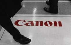 Canon est à l'affût d'autres acquisitions cette année après son OPA de 23,6 milliards de couronnes suédoises (2,50 milliards d'euros) sur le fabricant suédois de caméras de vidéosurveillance Axis, selon le directeur général du groupe japonais Fujio Mitarai. /Photo prise le 27 octobre 2014/REUTERS/Toru Hanai