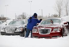 Pour la deuxième année de suite, un hiver glacial a freiné les ventes automobiles aux Etats-Unis en février, plusieurs grands constructeurs ayant annoncé des chiffres inférieurs aux attentes des analystes et refroidi leur optimisme sur l'avenir. /Photo d'archives/REUTERS/Joshua Lott