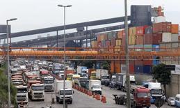 Caminhões enfileirados no porto de Santos. 25/02/2015 REUTERS/Paulo Whitaker