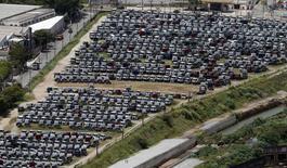 Unos vehículos de Ford almacenados en la planta de la firma en Sao Bernardo do Campo, Brasil, feb 12 2015. Se espera que las ventas de automóviles en Brasil sufran su mayor caída en 16 años, dijo el martes la asociación nacional de concesionarios Fenabrave, destacando la gravedad de una crisis en el sector que ha ocasionado despidos y tensiones comerciales. REUTERS/Paulo Whitaker