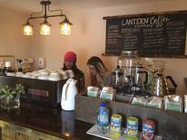 Unas empleadas atendiendo en el café Lantern Coffee Company en Williston, EEUU, feb 5 2015. Una medición del crecimiento del sector servicios estadounidense estuvo modestamente más fuerte de lo esperado en febrero, favorecida por el repunte de un subíndice del empleo después de la debilidad reciente. REUTERS/Ernest Scheyder
