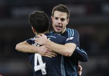 Cesar Azpilicueta (direita) e Cesc Fabregas, do Chelsea, comemoram vitória no fim da partida contra o West Ham United. 04/03/2015 REUTERS/Livepic/Suzanne Plunkett