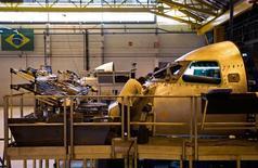 Le groupe brésilien Embraer, troisième constructeur mondial d'avions civils, a revu à la baisse ses objectifs de rentabilité 2015, après avoir enregistré une baisse de 60% de son bénéfice net au quatrième trimestre par rapport à la même période de 2013, à 242 millions de reals (81 millions de dollars, soit 73,3 millions d'euros). /Photo prise le 6 octobre 2014/REUTERS/Roosevelt Cassio