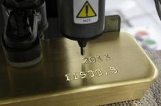 Слиток золота маркируется на заводе Красцветмет в Красноярске 25 февраля 2013 года. Золотовалютные резервы РФ достигли нового минимума с апреля 2007 года, $363 миллиардов, сократившись с 20 по 27 февраля на $1,6 миллиарда, согласно отчетности Банка России. REUTERS/Ilya Naymushin