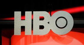 El logo de HBO en una gira promocional realizada en Beverly Hills, ago 1 2012. HBO está en negociaciones con Apple Inc para crear una sociedad en el esperado servicio de reproducción de video en línea HBO Now, según una noticia del miércoles del sitio de noticias en internet International Business Times. REUTERS/Fred Prouser