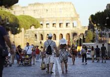 Turistas caminham perto do Coliseu, em Roma, na Itália. REUTERS/Alessandro Bianchi