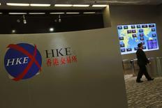 Помещение фондовой биржи в Гонконге. 5 марта 2015 года. Азиатские фондовые рынки завершили пятницу и неделю разнонаправлено под влиянием комментариев Европейского центробанка и местных событий. REUTERS/Bobby Yip
