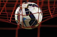 """Мяч на сетке ворот во время матча чемпионата Англии """"Ливерпуль"""" - """"Бернли"""". 4 марта 2015 года. Action Images via Reuters / Ed Sykes"""