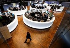 Les Bourses européennes restent dans le rouge lundi à mi-séance, et Wall Street est attendue en léger recul également, insensibles au début des rachats d'obligations souveraines par la Banque centrale européenne (BCE) pour relancer l'inflation et la croissance dans la zone euro. À Paris, l'indice CAC 40 perdait 0,69% vers 12h45. À Francfort, le Dax cédait 0,23% et, à Londres, le FTSE se repliait de 0,71%. /Photo prise le 22 janvier 2015/REUTERS/Ralph Orlowski