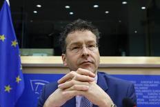 """En la imagen, el jefe del Eurogrupo y ministro de Finanzas holandés, Jeroen Dijsselbloem, antes de intervenir en el Parlamento Europeo en Bruselas. 24 de febrero, 2015. Una lista de las reformas propuestas por Grecia la semana pasada para poder obtener el respaldo de los acreedores está """"lejos de estar completa"""", dijo el jefe del Eurogrupo. REUTERS/Francois Lenoir"""