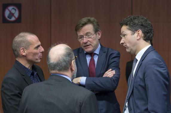 Greek Finance Minister Yanis Varoufakis (L) talks to Belgian Finance Minister Johan Van Overtveldt and Eurogroup Chairman Jeroen Dijsselbloem at an Euro zone Finance Ministers meeting (Eurogroup) in Brussels March 9, 2015. REUTERS-Yves Herman