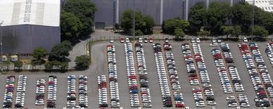 Vehículos de Ford estacionados en la planta de la compañía en Sao Bernardo do Campo, Brasil, feb 12 2015. La producción de vehículos de México subió un 14 por ciento interanual en febrero, en tanto que la exportación creció un 12.6 por ciento, dijo el lunes la Asociación Mexicana de la Industria Automotriz (AMIA).      REUTERS/Paulo Whitaker
