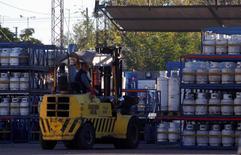 Una distrubidora de gas de la estatal YPF en Moreno, Argentina, abr 19 2012. La producción de gas natural de Argentina aumentó en enero en la comparación interanual, aunque la producción de crudo extendió la caída del 2014 en el primer mes del año, informó la Secretaría de Energía.  REUTERS/Marcos Brindicci
