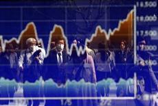 График индекса Nikkei на экране брокерской конторы в Токио. 23 января 2015 года. Азиатские фондовые рынки снизились во вторник за счет укрепления доллара и локальных новостей. REUTERS/Yuya Shino