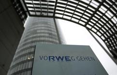 Центральный офис RWE в Эссене. 15 апреля 2013 года. Немецкая электроэнергетическая компания RWE не будет вмешиваться в потенциальную судебную тяжбу между Великобританией и подконтрольной Михаилу Фридману инвестиционной компанией LetterOne, купившей нефтегазовые активы RWE, заявил во вторник глава немецкой компании. REUTERS/Ina Fassbender