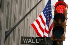 La Bourse de New York a ouvert mardi en baisse en raison des inquiétudes sur la Grèce et de statistiques mitigées sur l'inflation en Chine. Un quart d'heure après l'ouverture, l'indice Dow Jones perd 0,96%, le Standard & Poor's 500, plus large, régresse de 0,95% et le Nasdaq Composite cède 0,97%. /Photo d'archives/REUTERS/Lucas Jackson