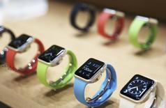 """Deux jours après la présentation de la montre connectée d'Apple, des développeurs de logiciels disent qu'il ne sera pas facile de créer une application phare dite """"killer app"""" pour l'Apple Watch car ils doivent se contenter d'un mode test. /Photo prise le 9 mars 2015/REUTERS/Robert Galbraith"""