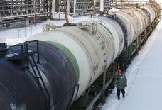 Рабочий проходит мимо цистерн с нефтью на НПЗ Башнефти в Уфе 29 января 2015 года. Цены на нефть Brent растут с месячного минимума на фоне укрепления доллара и сообщения о первом за два месяца сокращении запасов нефти в США. REUTERS/Sergei Karpukhin