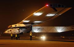 El Solar Impulse 2 llegó a la ciudad de Ahmedabad, mar 11 2015. El primer vuelo de un avión solar que pretende dar la vuelta al mundo aterrizó en India el miércoles, la segunda etapa de un viaje de 35.000 kilómetros que busca demostrar que es posible recorrer largas distancias usando energías renovables.  REUTERS/Amit Dave (INDIA - Tags: TRANSPORT ENVIRONMENT SCIENCE TECHNOLOGY)