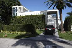 An unidentified SUV drives up to the Miami Beach Star Island home of rapper Lil Wayne after a suspected shooting incident which turned out to be a hoax in Miami, Florida March 11, 2015. REUTERS/Gaston De Cardenas