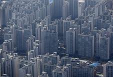 El banco central de Corea del Sur recortó el jueves los tipos de interés por primera vez en cinco meses, en una decisión inesperada, uniéndose a las otras economías que han aprovechado la ventaja de una menor inflación para flexibilizar su política monetaria a fin de estimular un crecimiento ralentizado. En la imagen, un complejo de apartamentos en Seúle el 4 de marzo de 2015.  REUTERS/Kim Hong-Ji