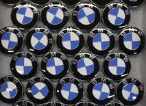 Le constructeur allemand BMW a annoncé jeudi qu'il allait augmenter son dividende après avoir fait état d'un résultat d'exploitation annuel en hausse de 14% et supérieur aux attentes, à 9,1 milliards d'euros. /Photo prisele 23 janvier 2015/REUTERS/Fabrizio Bensch