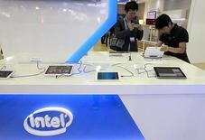 En la imagen, visitantes observan tabletas en el  pabellón de Intel durante la exhibición de computación del 2014 en Taipei. 3 de junio, 2014. Intel Corp recortó sus previsiones de ventas para el primer trimestre, por una demanda menor a la esperada de computadores personales para empresas y bajas de inventarios en toda la cadena de suministros de ordenadores. REUTERS/Pichi Chuang