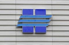Логотип Новатэка на офисе продаж компании в Москве 16 сентября 2012 года. Новатэк рекомендует увеличить дивиденды за 2014 год на 30,5 процента до 10,3 рубля на акцию, сообщила компания в четверг. REUTERS/Maxim Shemetov