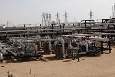 Unas tuberías en el yacimiento petrolero de El Sharara, Libia, dic 3 2014. La menguante exportación petrolera de Venezuela a sus vecinos está permitiendo a productores de crudo en África penetrar el mercado latinoamericano, de acuerdo a operadores y datos obtenidos por Reuters, y se espera que las ventas a una de las pocas regiones del mundo con fuerte demanda sigan creciendo. REUTERS/Ismail Zitouny