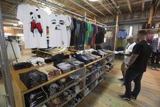 Unas personas realizando compras al interior de una tienda de la cadena Urban Outfitters en Pasadena, EEUU, mar 6 2015. Las ventas minoristas de Estados Unidos bajaron imprevistamente por tercer mes seguido en febrero, probablemente debido a que el frío invierno alejó a los consumidores de las concesionarias de autos y centros comerciales, lo que podría perjudicar a las perspectivas para el crecimiento del primer trimestre.    REUTERS/Mario Anzuoni