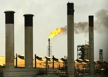 Imagen de archivo de la refinería de Amuay-Cardón en Venezuela, abr 4 2003. La mayor refinería de Venezuela, Amuay, operaba el jueves con normalidad tras una falla de vapor que se produjo a principios de la semana, dijeron a Reuters trabajadores de la planta. Reuters/Jorge Silva