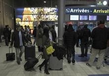A l'aéroport Roissy-Charles de Gaulle. L'opérateur aéroportuaire Aéroports de Paris a enregistré une hausse de 2,8% de son trafic en février avec un total de 6,4 millions de passagers accueillis. /Photo d'archives/REUTERS/Mal Langsdon