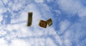 Dólares arrojados al aire en una ilustración fotográfica realizada en Sevilla, España, nov 16 2014. Antes del viernes pasado, muchos inversores opinaban que la Reserva Federal estadounidense probablemente elevaría las tasas de interés solo una vez este año.  REUTERS/Marcelo Del Pozo
