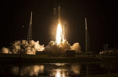Lançamento de um foguete Atlas 5 em Cabo Canaveral, na Flórida.   12/03/2015   REUTERS/Aubrey Gemignani/NASA/Handout via Reuters