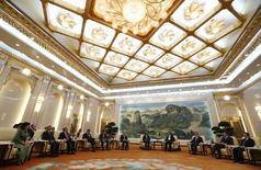 """Imagen de archivo del presidente chino Xi Jinping (cuarto a la derecha) reuniéndose con invitados a una ceremonia en el Banco Asiático de Inversión en Infraestructura en Pekín. 24 de octubre, 2014. Gran Bretaña describió el viernes como un asunto de """"interés nacional"""" su decisión de convertirse en un miembro fundador del Banco Asiático de Inversión en Infraestructura, una entidad respaldada por China, desestimando la inquietud de Estados Unidos por la medida. REUTERS/Takaki Yajima/Pool/Files"""