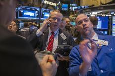 La Bourse de New York a ouvert en baisse vendredi après son rebond de la veille, pénalisée par un nouvel accès de faiblesse des cours pétroliers dans des marchés volatils. Dans les premiers échanges, le Dow Jones perd 0,42%, à 17.819,92. /Photo prise le 12 mars 2015/REUTERS/Lucas Jackson)