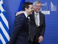 Presidente da Comissão Europeia, Jean-Claude Juncker, sauda o premiê grego, Alexis Tsipras, na sede da Comissão Europeia, em Bruxelas. 13/03/2015  REUTERS/Yves Herman