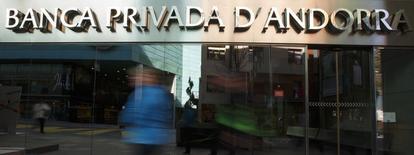 El consejero delegado del banco andorrano BPA, que fue destituido junto con el resto del consejo esta semana por las autoridades financieras del país, fue detenido en la noche del viernes por sospechas de blanqueo de dinero, dijo el sábado un portavoz policial de Andorra. En la imagen, se ve a transeúntes caminando delante de Banca Privada D'Andorra (BPA) en Escaldes-Engordany, Andorra, el 12 de marzo de 2015. REUTERS/Sergio Perez