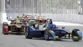 Autos de la Formula E ocupan sus lugares en la largada de una carrera en Miami.  14 de marzo de 2015. Miles de aficionados acudieron el sábado a la primera carrera de la Fórmula E de autos eléctricos en Estados Unidos y sus organizadores dijeron que el evento, realizado en Miami, ayudaría a fomentar el uso de tecnología más eficiente en el consumo de energía en los vehículos de uso masivo.  REUTERS/Javier Galeano