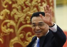 China tiene mucho espacio para maniobras políticas e impulsar su economía, después de que evitase utilizar un fuerte estímulo a corto plazo en los últimos años, dijo el domingo el primer ministro Li Keqiang, en una rara insinuación de que las autoridades pueden hacer mucho más para avivar la expansión. En la imagen, Li Kequiang saluda al llegar a la ceremonia de clausura del congreso national del pueblo de China, en una fotografía tomada el 15 de marzo de 2015. REUTERS/Kim Kyung-Hoon