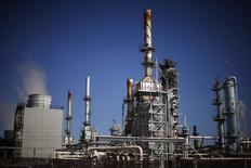 НПЗ в Карсоне, Калифорния, 4 марта 2015 года. Цены на нефть снижаются, причем цена американского эталона WTI достигла шестилетнего минимума, за счет укрепления доллара и сокращения складских мощностей в мире. REUTERS/Lucy Nicholson