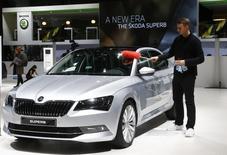 Skoda Auto, filiale de Volkswagen, a dit lundi avoir enregistré un bond de 46% de son bénéfice net au titre de 2014, à 665 millions d'euros, le constructeur automobile tchèque ayant franchi l'an dernier la barre du million de véhicules vendus pour la première fois de son histoire. /Photo prise le 2 mars 2015/REUTERS/Arnd Wiegmann