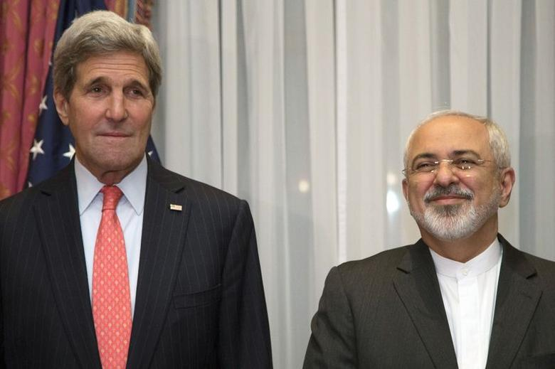 U.S. Secretary of State John Kerry (L) and Iran's Foreign Minister Mohammad Javad Zarif pose for a photograph before resuming talks over Iran's nuclear programme in Lausanne March 16, 2015.      REUTERS/Brian Snyder