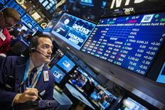Un operador en la bolsa de Wall Street en Nueva York, mar 16 2015. Las acciones estadounidenses subían el lunes, con el referente S&P 500 recuperándose tras tres semanas de pérdidas, porque un fortalecimiento del euro frente al dólar calmaba a los inversores que habían temido por el impacto en las ganancias de las empresas de una moneda local muy robusta. REUTERS/Lucas Jackson (UNITED STATES - Tags: BUSINESS)